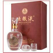 五粮液一瓶白酒二个酒杯外包装礼盒图片图片