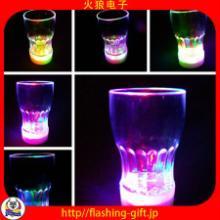 供应创意发光水杯led发光水杯酒吧水杯助威助兴道具环保ps材质发光水杯