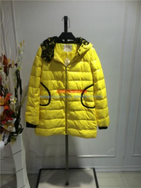 供应用于批发的广州纽方品牌折扣批发14装女式外套